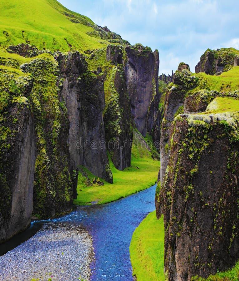 Den mest pittoreska kanjonen Fjadrargljufur fotografering för bildbyråer
