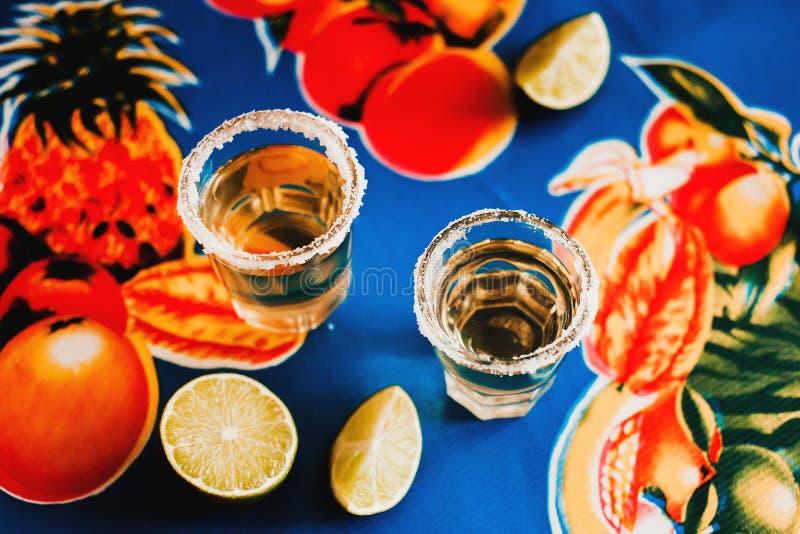 Den mexicanska tequilaen sköt med limefrukt och saltar i Mexico fotografering för bildbyråer