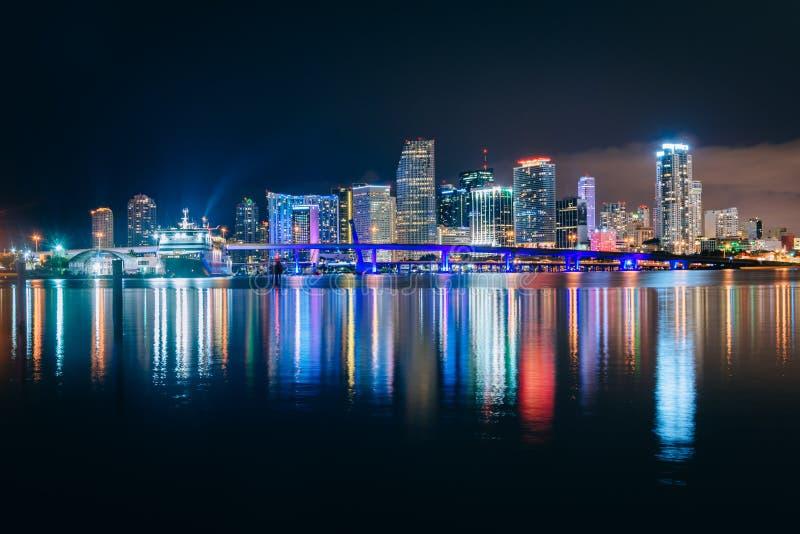 Den Miami horisonten på natten som ses från Watson Island, Miami, Flor arkivbilder