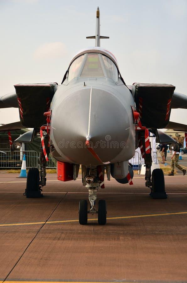 Den militära jaktflygplanet, ordnar till för tar av fotografering för bildbyråer
