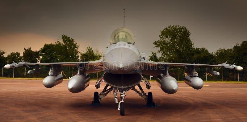 Den militära jaktflygplanet, ordnar till för tar av royaltyfri foto