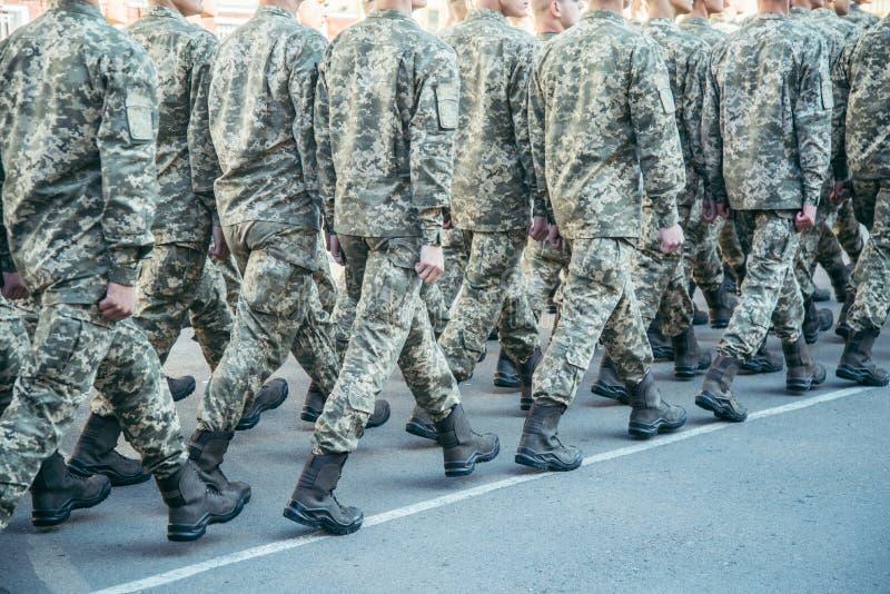 Den militära kängaarmén går ståtajordningen arkivbilder