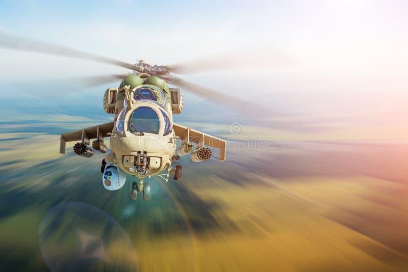 Den militära stridhelikoptern flyger på den hög hastigheten, territoriumpatrullvakter royaltyfria bilder