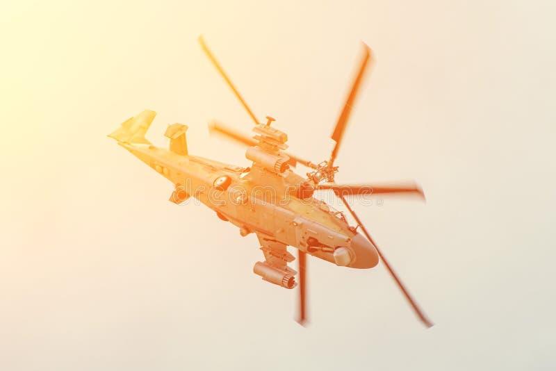 Den militära stridhelikoptern flyger snabbt att vända med en hög vinkel av attack i luften arkivfoto
