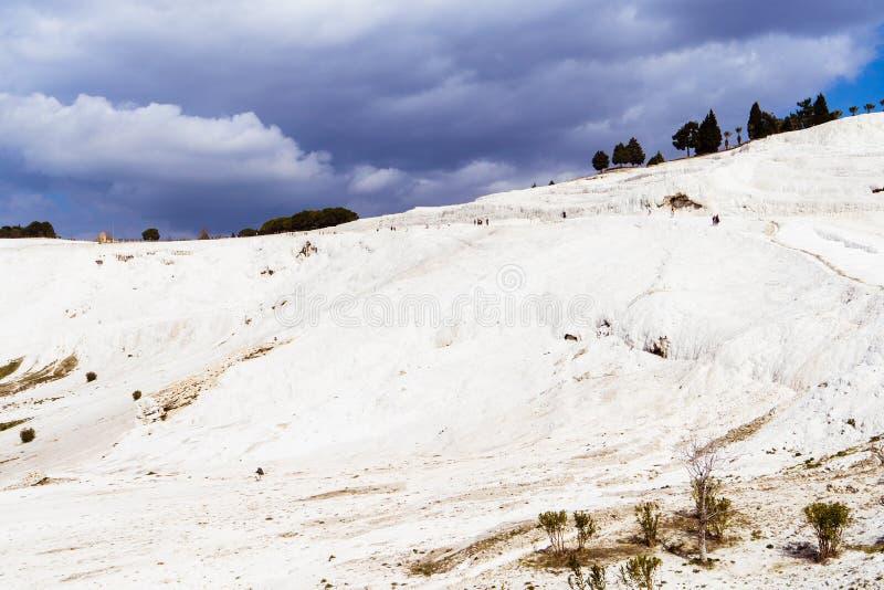 Den mineraliska backen av Pamukkale arkivbild