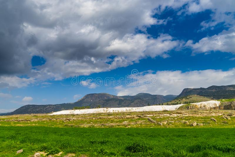 Den mineraliska backen av Pamukkale royaltyfria bilder