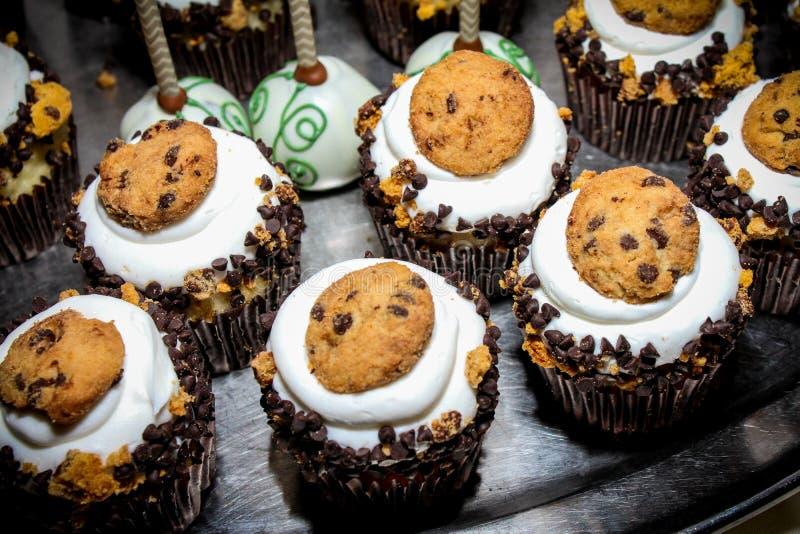 Den Mini Cupcakes och chokladkakan poppar på ett silvermagasin royaltyfria bilder