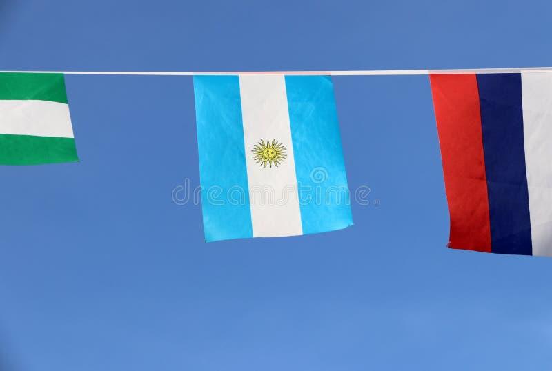 Den mini- tygstångflaggan av Argentina, centrerade det en horisontaltriband av Carolina blått och vit med solen av Maj på viten arkivbilder