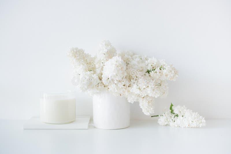 Den Minimalist vithemdekoren, den nya lilan blommar buketten i vas arkivbilder