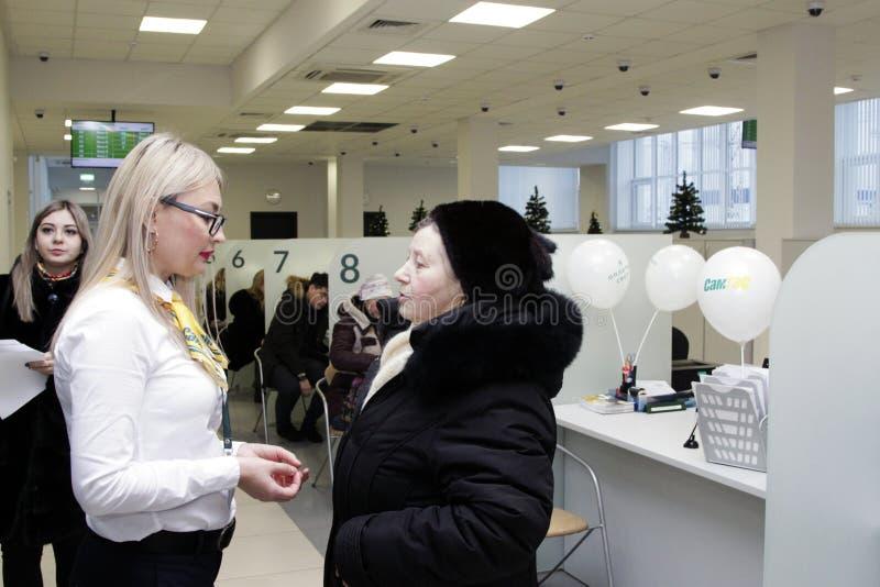 Den misshog klienten argumenterar i kontoret med chefen royaltyfri fotografi