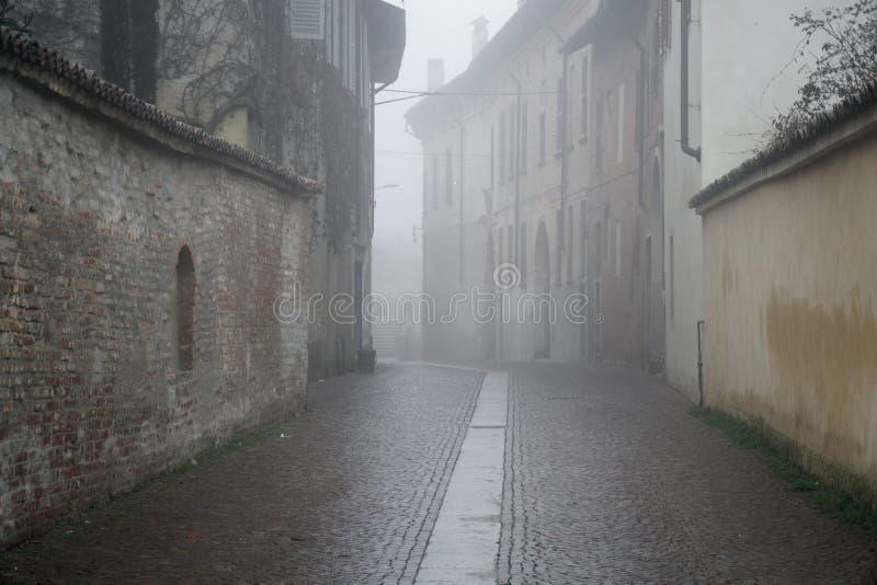 Den mistic gatan i staden, dimmig dag i Italien royaltyfri bild