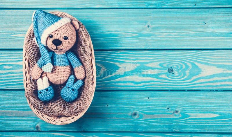 Den mjuka björngröngölingen ligger i korgen Stucken nallebjörn i hatt arkivbild