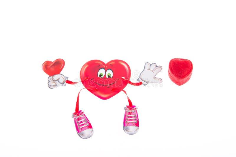Den mjuka leksaken fäste klädnypor som hänger hjärta på dag för valentin` s arkivbilder