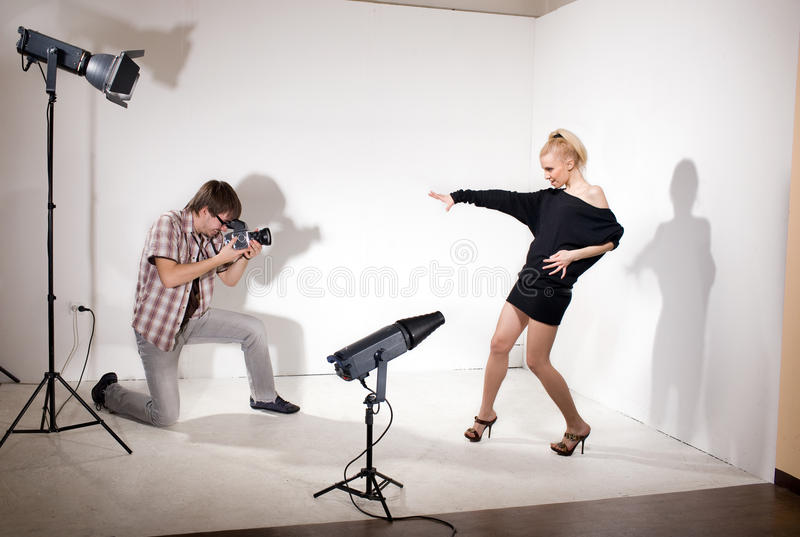 den model fotofotografen poserar studion royaltyfri foto
