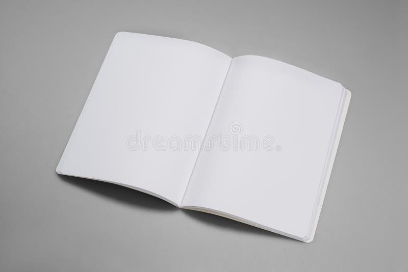 Den modelltidskrifter, boken eller katalogen på grå färger bordlägger bakgrund royaltyfri bild