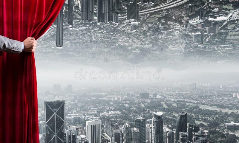 Den moderna affären reflekterade cityscape bak gardinen öppnade vid affärsmanhanden royaltyfri fotografi