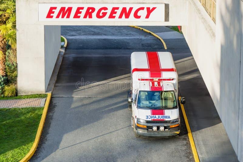Den moderna ambulansen parkerar parkerat nära den nöd- ingången till royaltyfria bilder