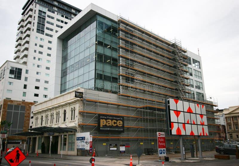 Den moderna arkitektoniska flervånings- kontorstornförlängningen tillfogade till finnasende gammal historisk arvbyggnad, Christch fotografering för bildbyråer