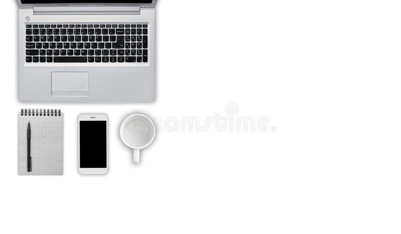 Den moderna bärbar datordatoren, ilar telefonen, anteckningsbok med blyertspennan och tömmer koppen som isoleras över vit bakgrun arkivfoton