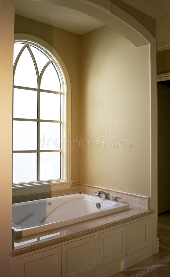 den moderna badbadrumhemmiljön badar royaltyfri bild