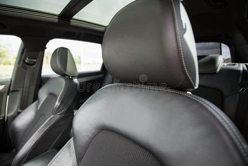 Den moderna bilen som är inre med, piskar platser royaltyfri foto