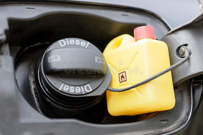 Den moderna bilen specificerar det stängda bränslelocket med den diesel- textmarkeringen och den lilla kanistern royaltyfri fotografi