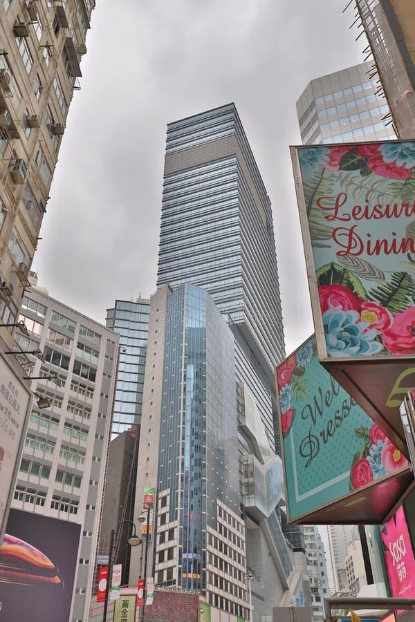 den moderna byggnadsfasaden reflekterar i vägbankfjärd fotografering för bildbyråer