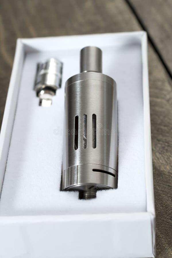 Den moderna elektroniska cigaretten avdunstar royaltyfri bild
