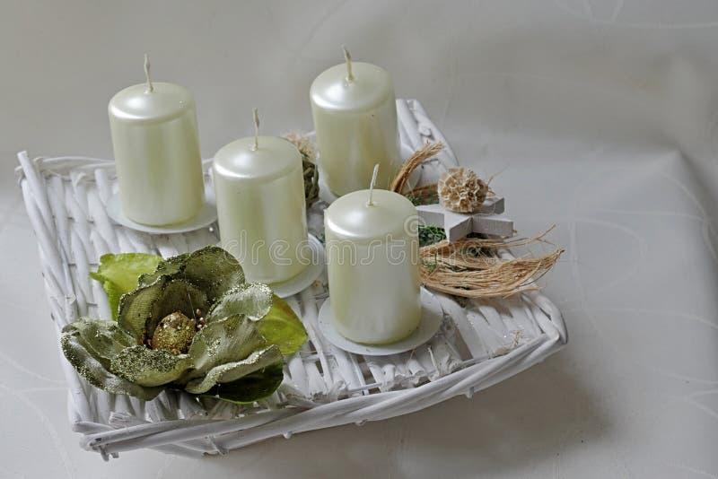 Den moderna fyrkanten formade adventkransen med vit stearinljus och naturgarnering royaltyfri fotografi