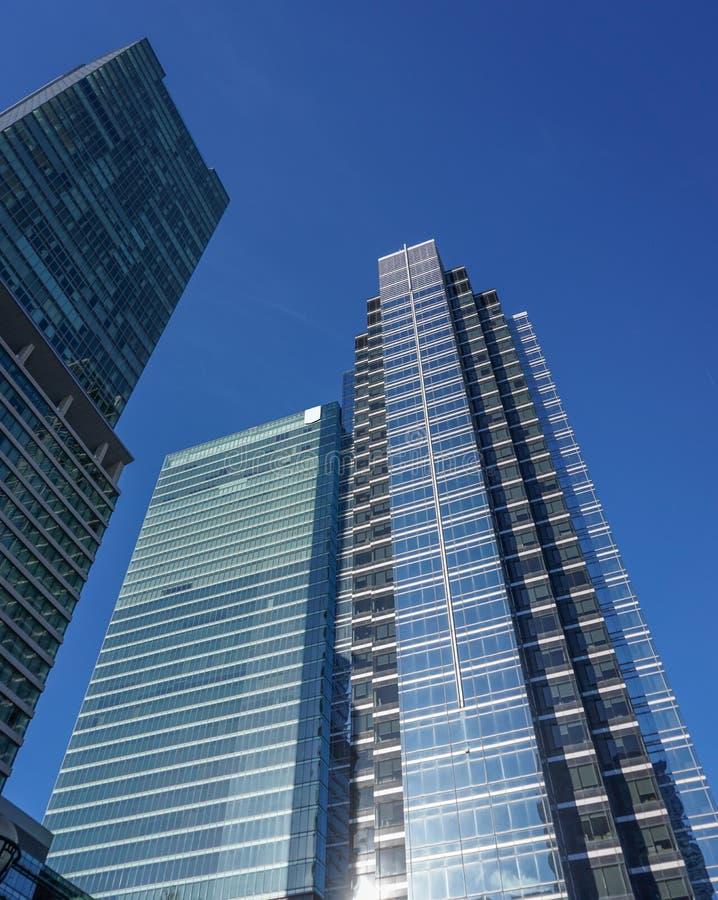 Den moderna Glass banken står högt i Toronto arkivbilder