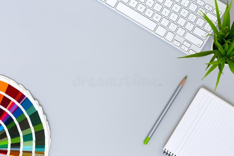 Den moderna gråa lägenheten för kontorsskrivbordet lägger med färgpaletten fotografering för bildbyråer