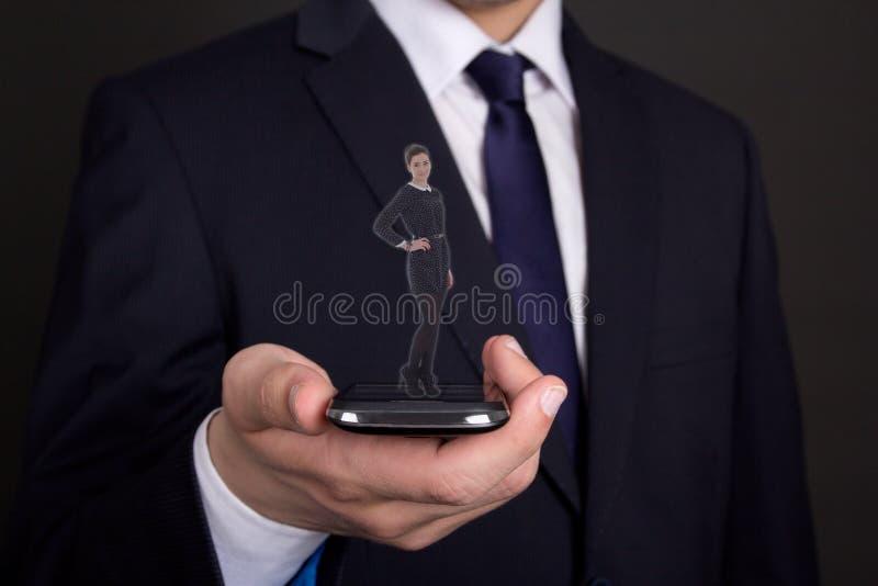 Den moderna handen för affärsmannen som rymmer, ilar telefonen med kvinnaproectio arkivfoton