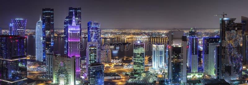 Den moderna horisonten av den västra fjärden för centrum av Doha, Qatar fotografering för bildbyråer