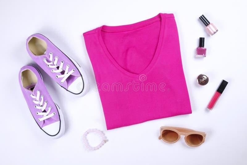 Den moderna innegrejen söker efter stilfull modeblogglookbook Lägenhet som är lekmanna- av stilfulla kläder för kvinnatidskrift royaltyfri fotografi