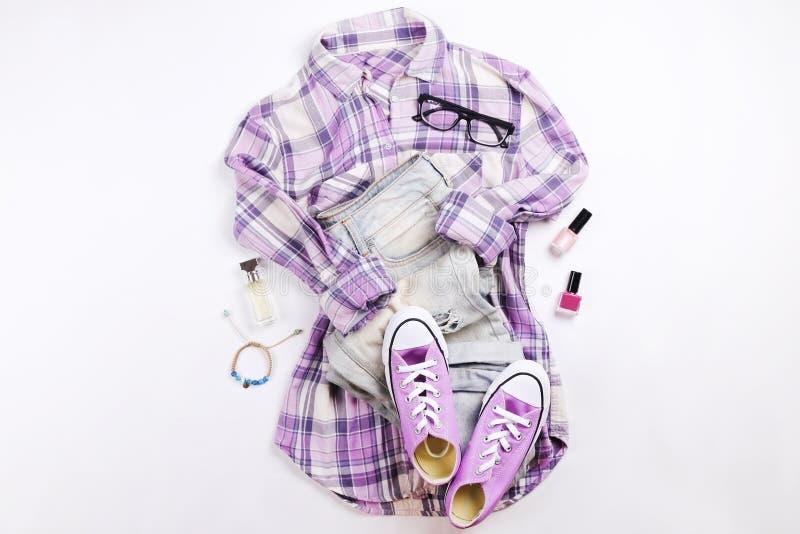 Den moderna innegrejen söker efter stilfull modeblogglookbook Lägenhet som är lekmanna- av stilfulla kläder för kvinnatidskrift S fotografering för bildbyråer