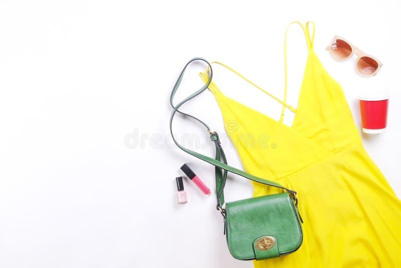 Den moderna innegrejen söker efter stilfull modeblogglookbook Lägenhet som är lekmanna- av stilfulla kläder för kvinnatidskrift S royaltyfri bild