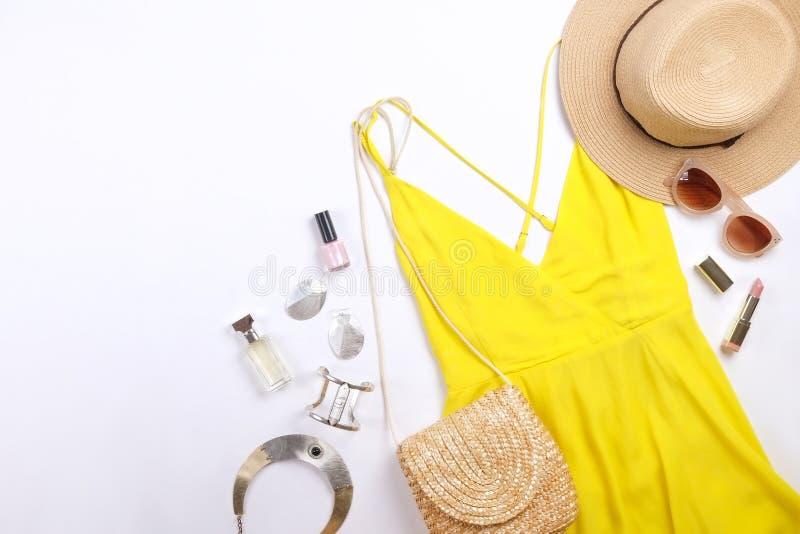 Den moderna innegrejen söker efter stilfull modeblogglookbook Lägenhet som är lekmanna- av stilfulla kläder för kvinnatidskrift S arkivbilder