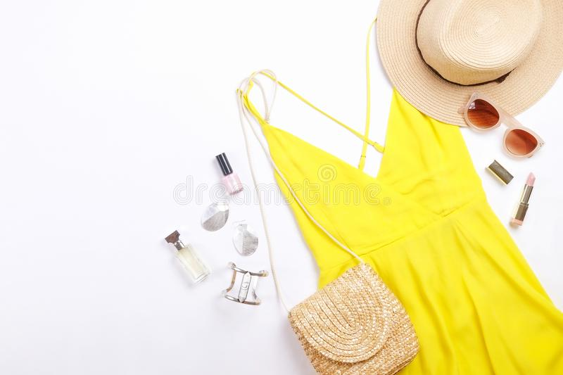 Den moderna innegrejen söker efter stilfull modeblogglookbook Lägenhet som är lekmanna- av stilfulla kläder för kvinnatidskrift S arkivfoto