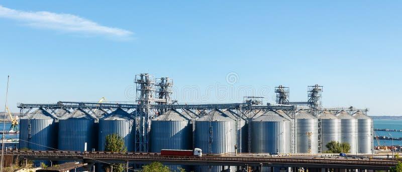 Den moderna kornhissen står högt i Odessa port royaltyfri fotografi