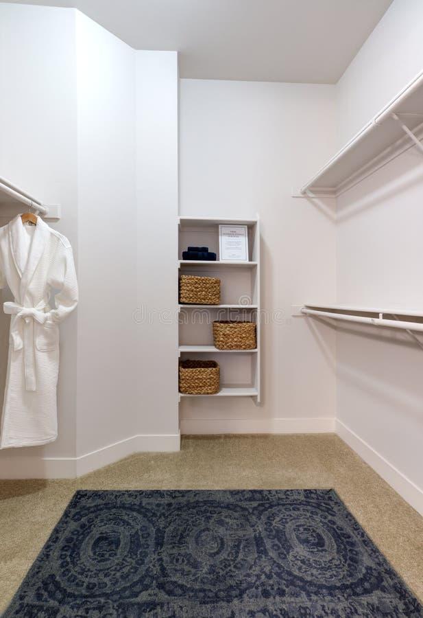 Den moderna lägenheten går i Closit royaltyfria foton