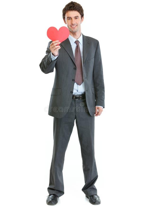 Den moderna manen i affär passar med pappers- hjärta arkivfoto