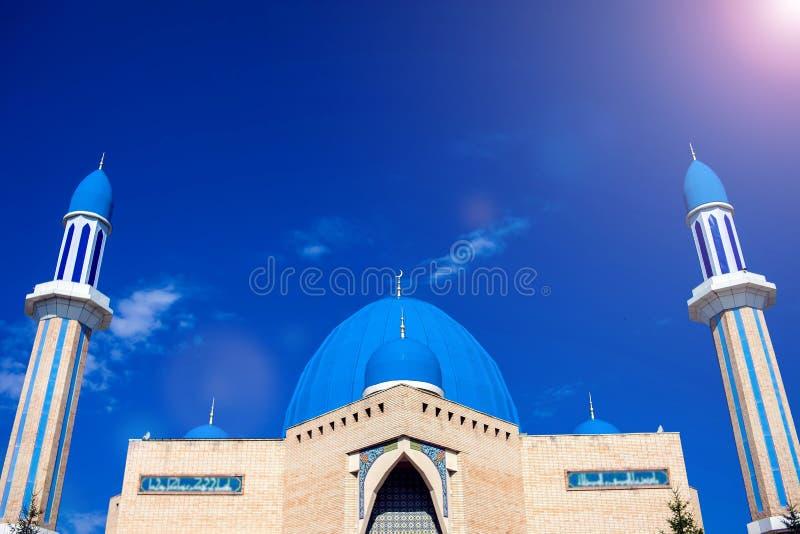 Den moderna moskén Kyzyl-Zhar Byggnaden byggdes på begien royaltyfri foto