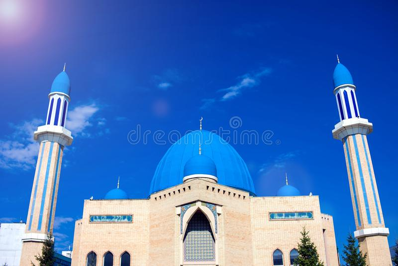 Den moderna moskén Kyzyl-Zhar Byggnaden byggdes på begien royaltyfria foton