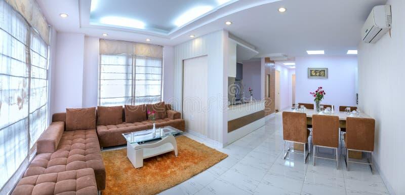 Den moderna stillägenheten kombinerar vardagsrum, matsal, stort utrymme arkivfoton