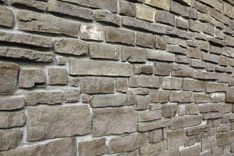 Den moderna tappningstenväggen från kliven granit blockerar bakgrund royaltyfri bild