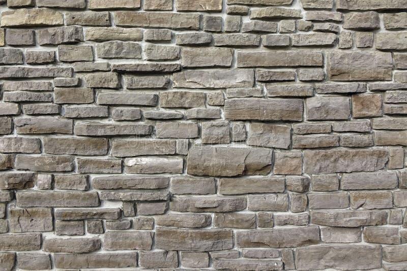 Den moderna tappningstenväggen från kliven granit blockerar bakgrund royaltyfri foto