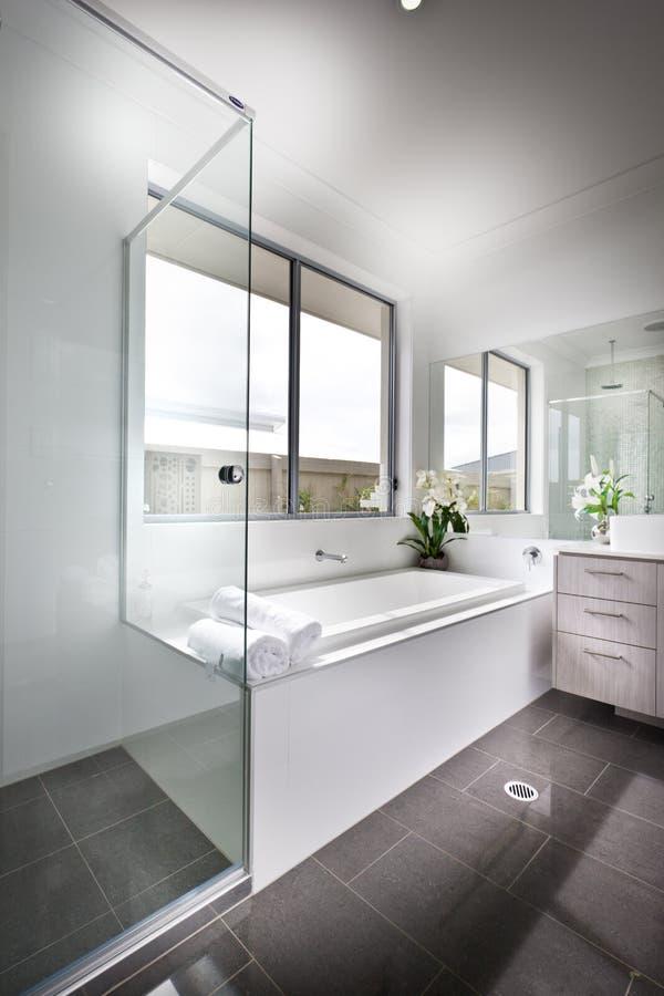 Download Den Moderna Toaletten Som är Upplyst Med Solljuset Till Badet, Badar Fotografering för Bildbyråer - Bild av möblera, utgångspunkt: 76700309