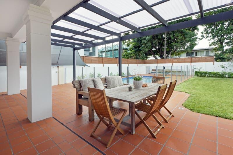 Den moderna trädgården med slår samman royaltyfria bilder