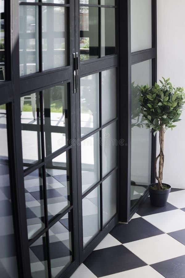 Den moderna vinddörren med reflekterar arkivfoto