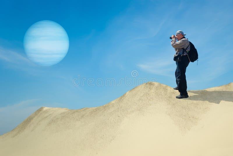 Modig turist på ett ensamt planet royaltyfria bilder
